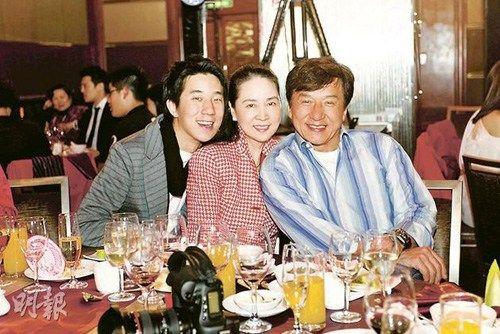 """房祖名说相隔7年在妈妈的寿宴上,再与父母成龙及林凤娇同场合照。图片来源:香港""""明报"""""""