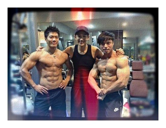 柯震东与两位半裸肌肉男合影