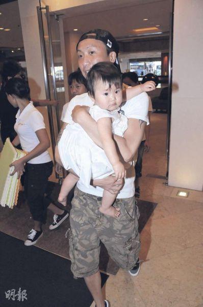 郑中基抱女儿