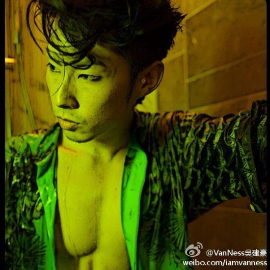 吴建豪烟熏妆露壮硕胸肌秀性感身材