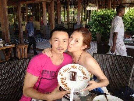 张晋生日与妻子蔡少芬恩爱合影