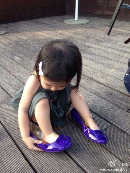 林熙蕾爱女穿上舒淇的鞋