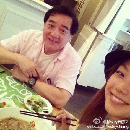 秦沛爱女姜丽文陪父亲吃长寿面