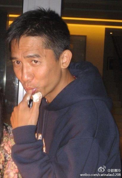 刘嘉玲晒出的梁朝伟吮指吃蛋糕的羞涩照片