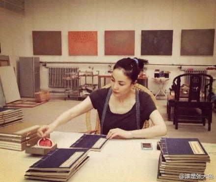 王菲亲手钤印经书