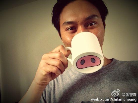 张智霖用卡通猪鼻子水杯显童心