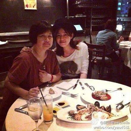 陈妍希请妈妈吃西餐 母女同是婴儿肥