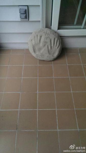 王力宏13岁时铺地砖,和爸爸留手印纪念