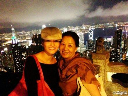 梁咏琪与母亲一起山顶看夜景