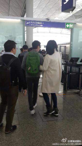 胡杏儿被目击机场亲密挽着李思捷手臂