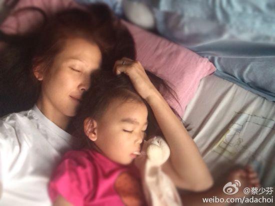 蔡少芬抱着女儿睡觉