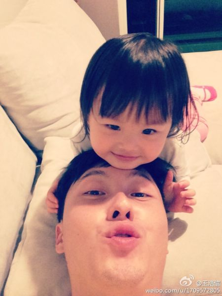 王浩信和2岁女儿