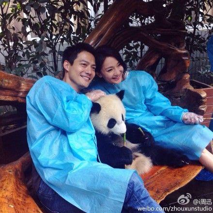 周迅幸福和男友抱大熊猫合影