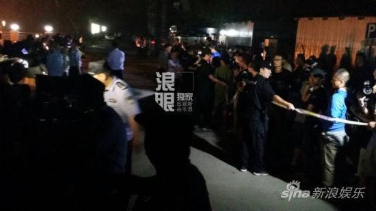 拘留所外拉起警戒线 媒体自动守候