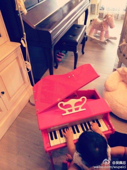 吴佩慈晒女儿的小钢琴