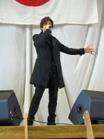 人气歌手Gackt纪念过世好友亡友母校深情献唱