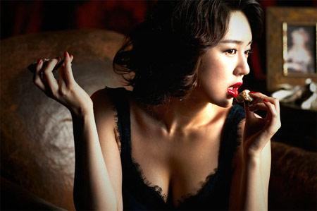 尹恩惠四款造型代言内衣轻奏乐曲妩媚动人(图)