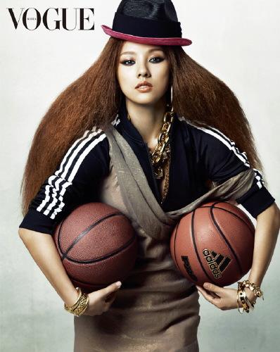 李孝利变身运动宝贝穿长裙打篮球另类时尚(图)