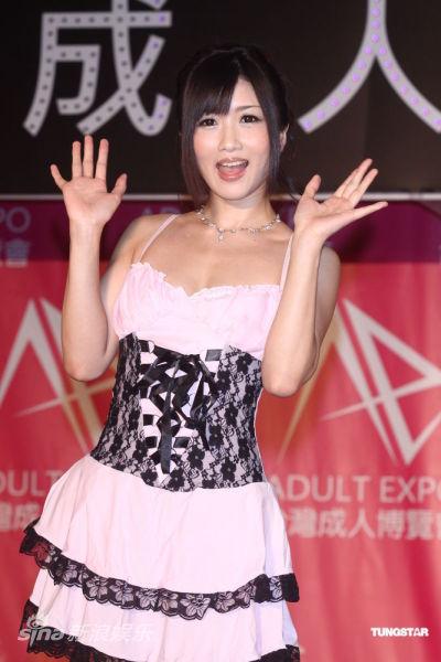 商展礼服参加,特别带著穿同款粉红色情趣的用品大响,登台代言开幕活食用润滑师妹图片