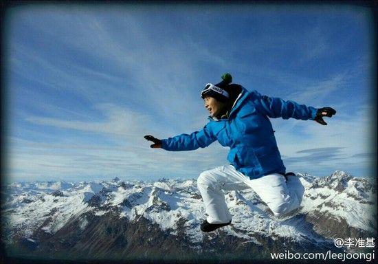 韩星李准基在其微博上晒出一张滑雪照