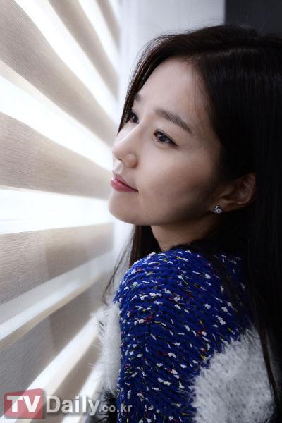 韩国女演员李真应算是第一个吃螃蟹的勇士