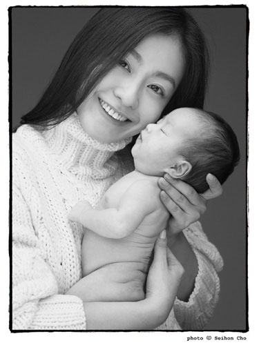 组图:尹恩惠李美妍慈善写真为孤儿寻找新家庭