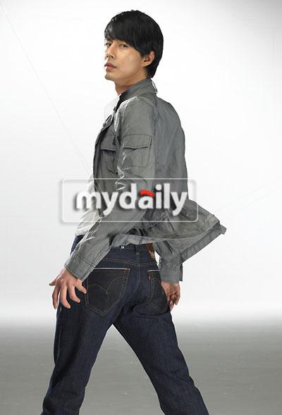 组图:赵仁成拍牛仔裤广告帅气造型显型男本色