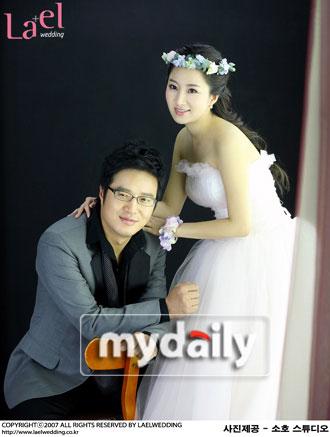 组图:韩星赵英奎公开婚纱照夫妻恩爱大玩亲亲