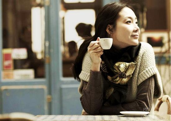 组图:崔智友2008年历曝光巴黎街头享惬意午后