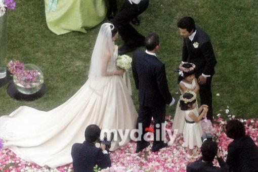 图文:新娘孙泰英亮相可爱花童引路