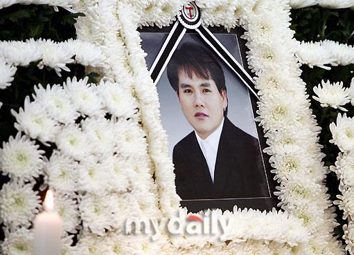 组图:韩国歌手李昌容自杀身亡好友朴尚哲拜祭