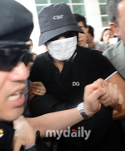 组图:张紫妍前老板引渡回国全副武装未露真容