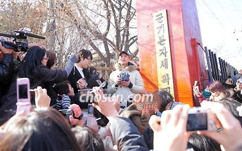 组图:韩国涉毒男星朱智勋入伍向影迷敬礼告别