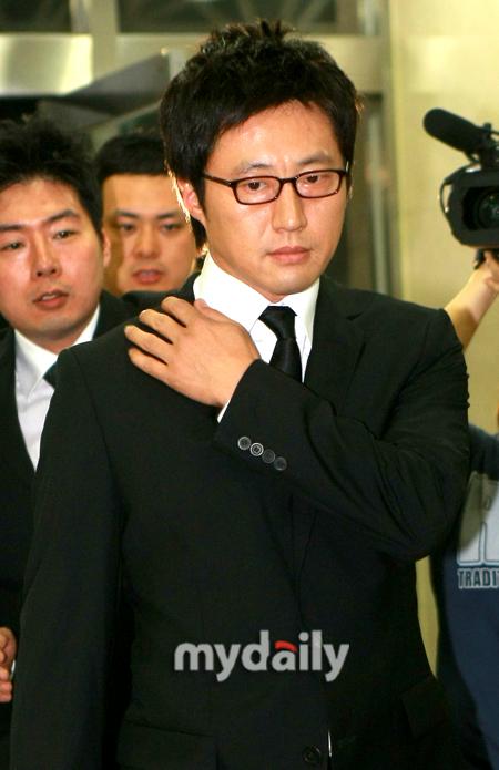 当出殡仪式开始,苏志燮手捧朴龙河遗像走出医院时,不少粉丝都忍不住泣图片