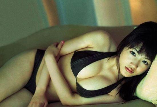 绫濑遥成名后不再轻易裸露,粉丝只能回味以往的清凉写真