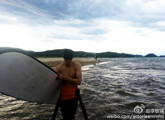 李敏镐半裸湿身玩冲浪秀肌肉