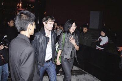 张曼玉与男友高调亮相十指紧扣甜蜜回应婚期