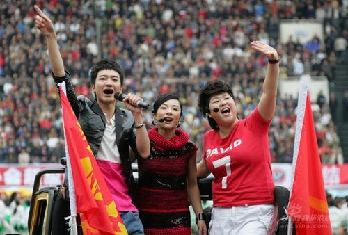 组图:刘璇携男友高调献唱口型有误被疑假唱