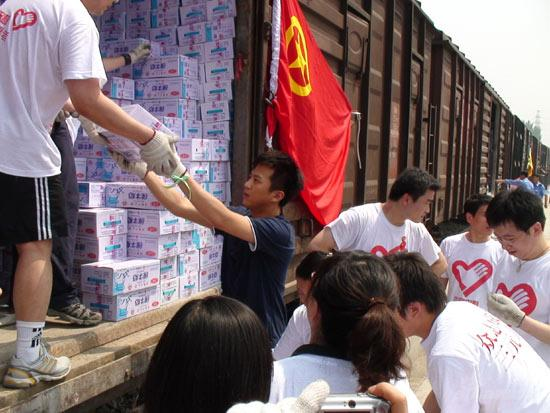 邓超与影迷加入志愿者行列为灾区专列搬运牛奶