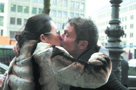 章子怡柏林过30岁生日与未婚夫甜蜜热吻(图)