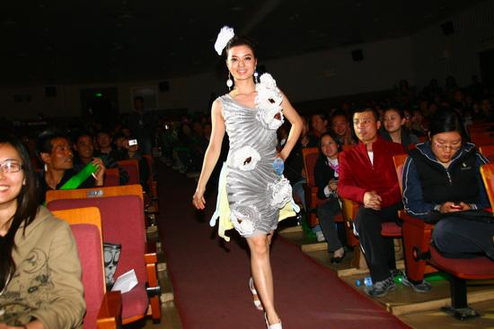 绿色选秀北京赛区五强产生 选手着废纸时装走秀