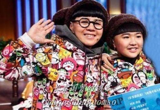 刘纯燕与女儿亲密