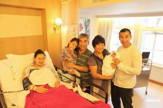 赵文卓的父母专程前往香港探望孙儿