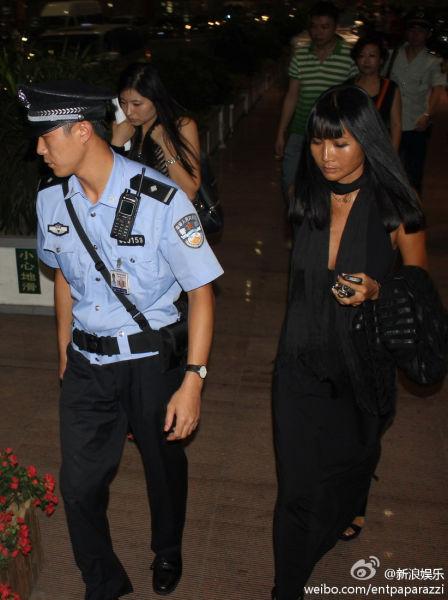 张咪在机场被警方带走
