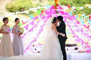 昨日,张杰与谢娜在嘉宾喝彩声中拥吻完婚