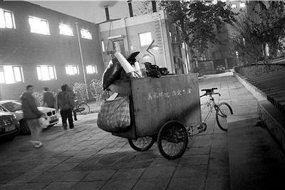当事清洁工的垃圾车仍停在现场。