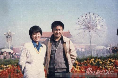 洪剑涛年轻时与爱妻合影(年轻时和儿子好像啊!)