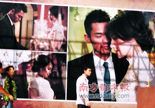 婚礼的布置用了许多两人的婚纱照。