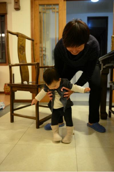 赵子琪爱女小火星穿小靴子学步