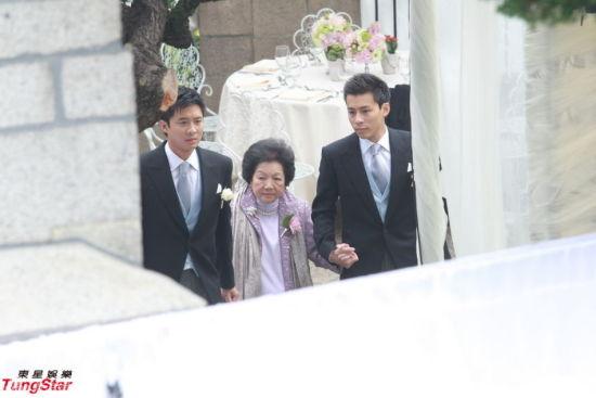 郭晶晶霍启刚大婚,霍启山(左)霍启仁(右)扶奶奶出席。